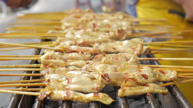 vídeos de stock e filmes b-roll de pork grilling hot food of thailand , yellow pork grill , curry pork grill - produto de carne