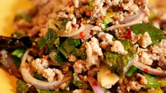 vidéos et rushes de salade de porc cuisine thaïlandaise - apprivoisé