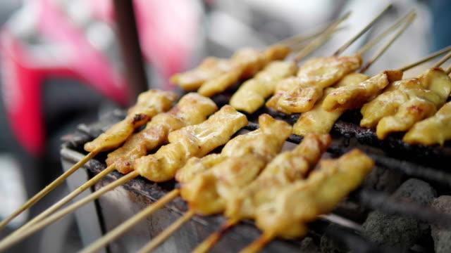vídeos de stock, filmes e b-roll de satay de porco, comida de rua, tailândia. conceito: comida de rua, viagens. - cultura tailandesa