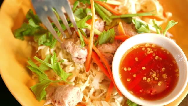 vidéos et rushes de porc à la sauce thaïlandaise des aliments - apprivoisé