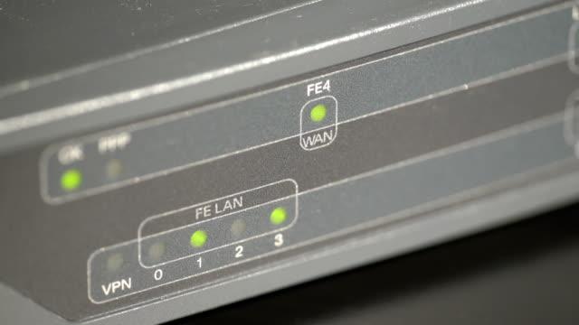 port-lysdioder på en nätverksrouter - vpn bildbanksvideor och videomaterial från bakom kulisserna