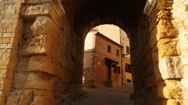 porta all'arco, volterra, toscana, italia - paesaggio collinare video stock e b–roll