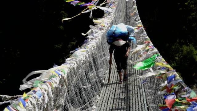 ポーターは、ヒマラヤの貨物を運んでいます。 - ネパール点の映像素材/bロール