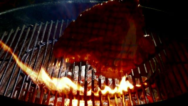 vídeos de stock, filmes e b-roll de filé de cozimento na grelha - carne