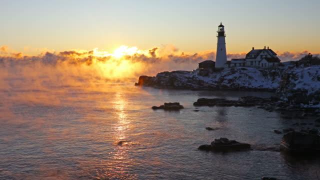 portland head leuchtturm im arktischen meer rauch - leuchtturm stock-videos und b-roll-filmmaterial