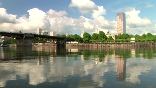 portland, oregon bridge and downtown view - strandnära bildbanksvideor och videomaterial från bakom kulisserna