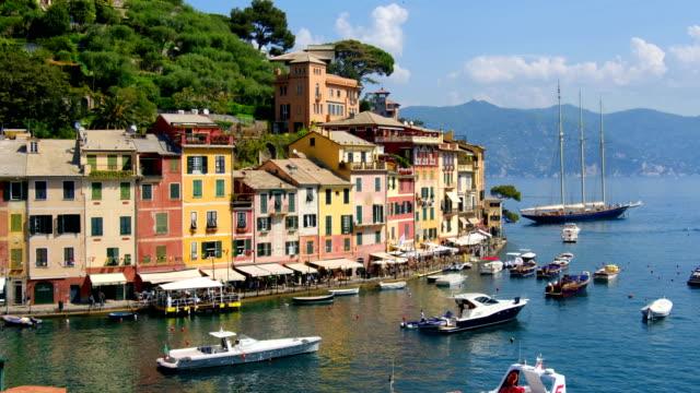 vídeos de stock, filmes e b-roll de edifícios e casas de cores vibrantes de portofino - marina