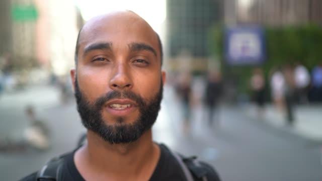 porträtt en man i en stad - endast en man i 30 årsåldern bildbanksvideor och videomaterial från bakom kulisserna