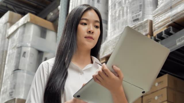 vídeos y material grabado en eventos de stock de retrato mujeres asiáticas usando la lista de verificación por computadora en el almacén. entrega, comercio, crecimiento, conexión, comunicación, negocios, empoderamiento, liderazgo, mujeres en stem, tecnología, industria y transporte concepto. - suministros escolares