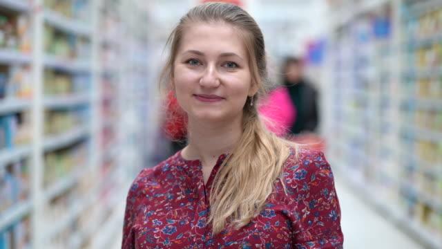スーパーマーケット市場での肖像画魅力的な若い女性 ビデオ