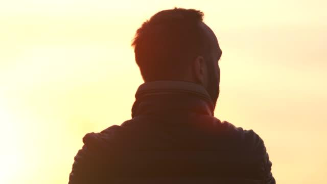 stående tillbaka visa aktiva manliga turister bär jacka beundra fantastiska gula solnedgången - huvud bildbanksvideor och videomaterial från bakom kulisserna