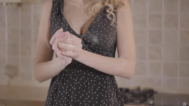 vidéos et rushes de portrait belle fille blonde préparant la pâte dans la cuisine à la maison. - rouge à lèvres rouge