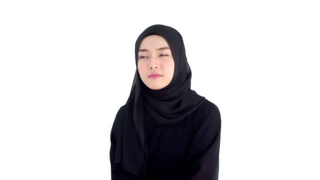 porträtt vacker muslimsk kvinna bär traditionella kläder med tankeväckande - anständig klädsel bildbanksvideor och videomaterial från bakom kulisserna