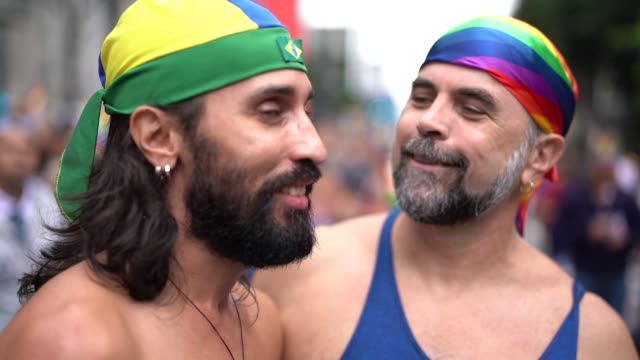 portrait gay couple celebrating on gay parade - 40 49 lat filmów i materiałów b-roll