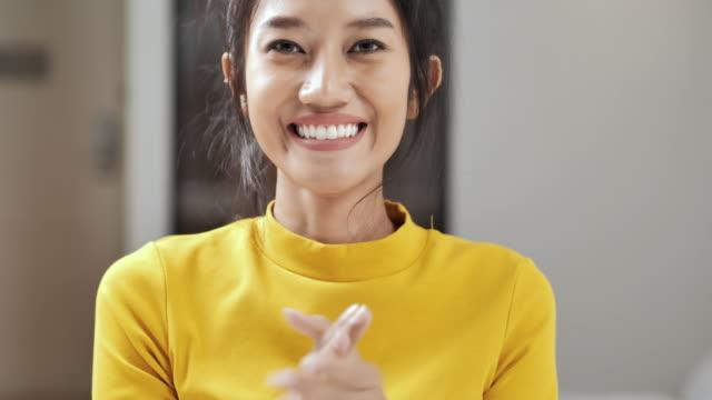 vidéos et rushes de portrait heureux de jeunes femmes noires en vêtements jaunes applaudissant et souriant à l'appui des agents de santé pendant le coronavirus ou covid-19 pandémie. félicitation, succès, jaune, plaisir, créativité, couleur vibrante, mode de vie, per - admiration