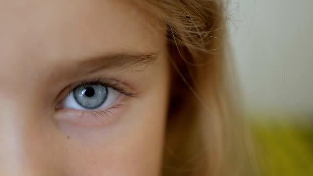stockvideo's en b-roll-footage met portret jonge meisje met blauwe ogen kijken van de camera. jonge serieuze jongen camera kijken. closeup - video's van baby
