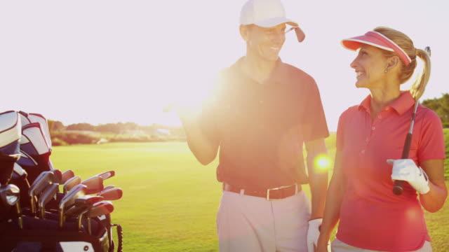 Retrato masculino femenino Golf pareja al aire libre curso - vídeo