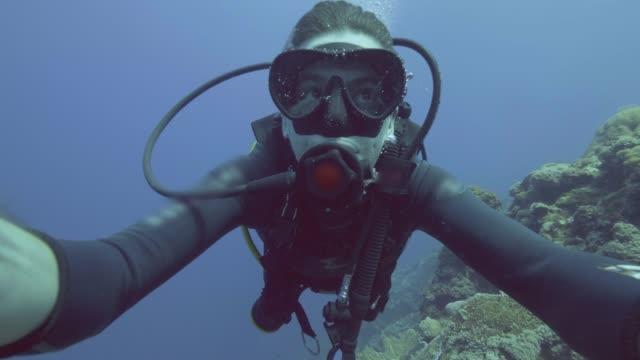 portrait mann taucher in maske und taucher tank luft seifenblasen unter meer - sporttauchen stock-videos und b-roll-filmmaterial