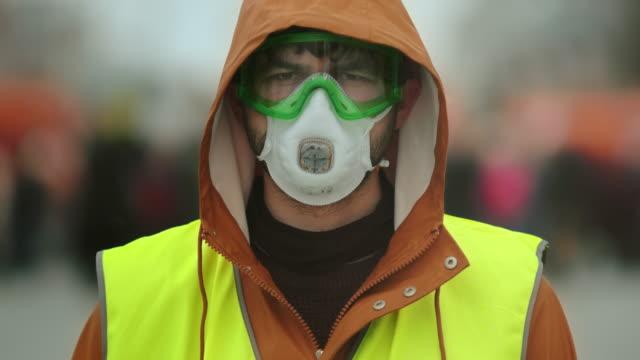 portre adam sarı yelek. gaz maskesi. gaz maskesi takıyor. 4k'yi siyasi grev. - maske stok videoları ve detay görüntü çekimi