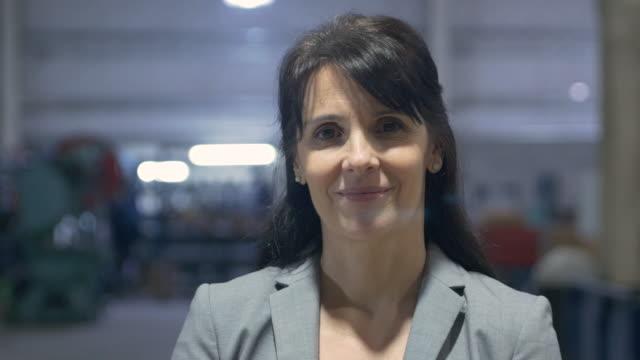 vidéos et rushes de femme mature portrait souriant dans l'entrepôt - une seule femme d'âge mûr