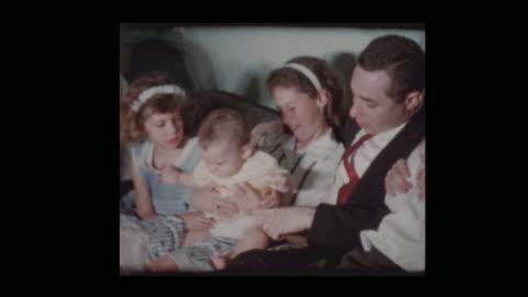 vídeos de stock e filmes b-roll de portrait of 1950s family posing and playing to camera - fotografia imagem
