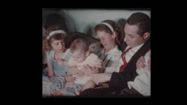 porträt der 1950er jahre familie posiert und spielt mit kamera - fotografisches bild stock-videos und b-roll-filmmaterial