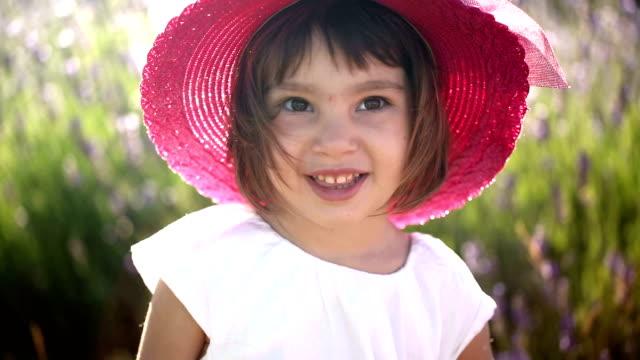vídeos de stock e filmes b-roll de retrato de uma criança no campo de lavanda ao pôr do sol - isolated house, exterior
