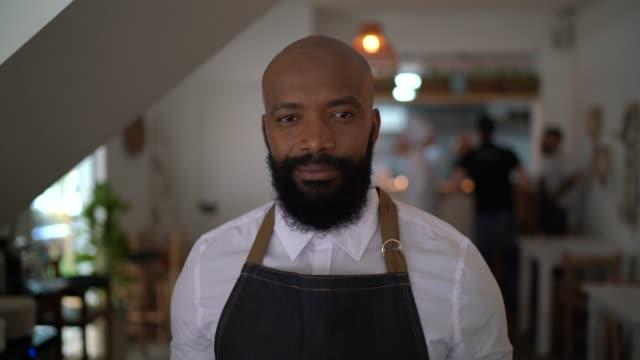 레스토랑에서 바리스타/웨이터의 초상화 - bartender 스톡 비디오 및 b-롤 화면