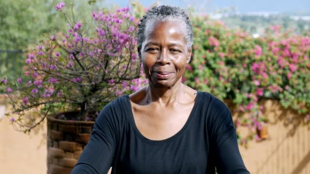 카메라를 위해 미소 짓는 아름다운 아프리카 계 미국인 노인의 초상화 - 몸매 관심 스톡 비디오 및 b-롤 화면