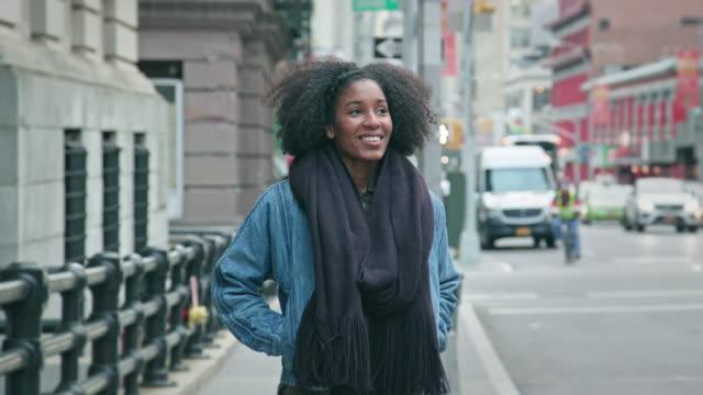 stockvideo's en b-roll-footage met portret van een mooie afro-amerikaanse vrouw in een stedelijke omgeving - afro amerikaanse etniciteit