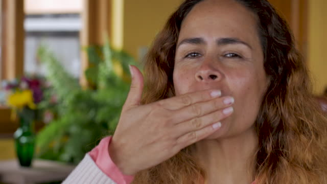 porträtt av en vacker spansk kvinna blåser kyssar, leende och skrattande - blåsa en kyss bildbanksvideor och videomaterial från bakom kulisserna