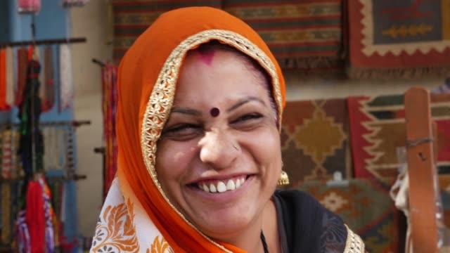vídeos de stock, filmes e b-roll de retrato de uma bela mulher indiana sênior - nova delhi