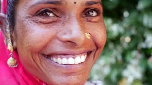 vídeos de stock e filmes b-roll de portrait of a beautiful indian woman - cultura indiana