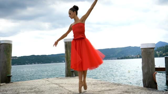 porträt einer schönen leichten ballerina in einem üppigen roten kleid, während sie tanzen. - ballettschuh stock-videos und b-roll-filmmaterial