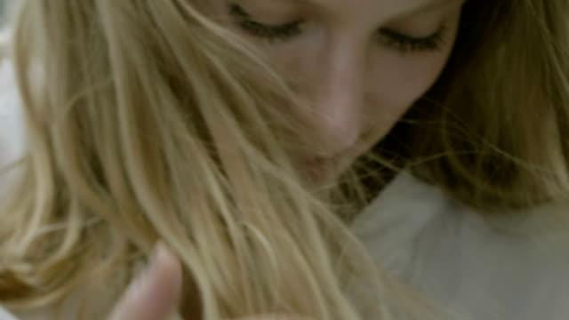 porträt einer schönen frau mit langen haaren. - haarfarbe stock-videos und b-roll-filmmaterial