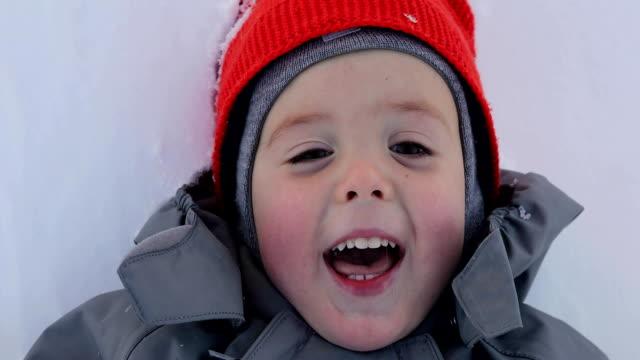 vídeos de stock, filmes e b-roll de retrato de um fim do menino acima no inverno - boné