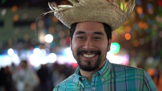 gece (festa junina) - caipira tarzı junina partide brezilyalı bir adam portresi - minas gerais eyaleti stok videoları ve detay görüntü çekimi