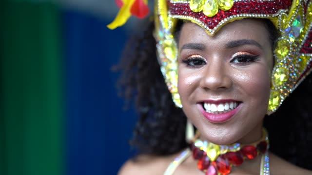 Retrato de una mujer brasileña que llevaba traje de carnaval - vídeo