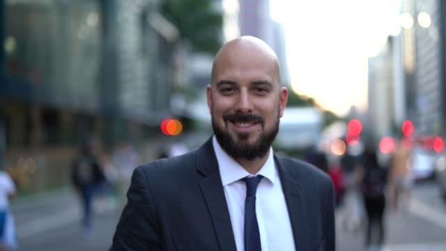 vídeos de stock, filmes e b-roll de retrato de um homem de negócios na cidade - povo brasileiro