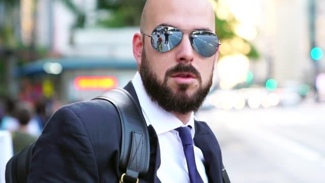 Retrato de un hombre de negocios en la ciudad de - vídeo