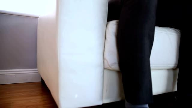 stockvideo's en b-roll-footage met portrait of a businessman using a laptop on couch - overhemd en stropdas