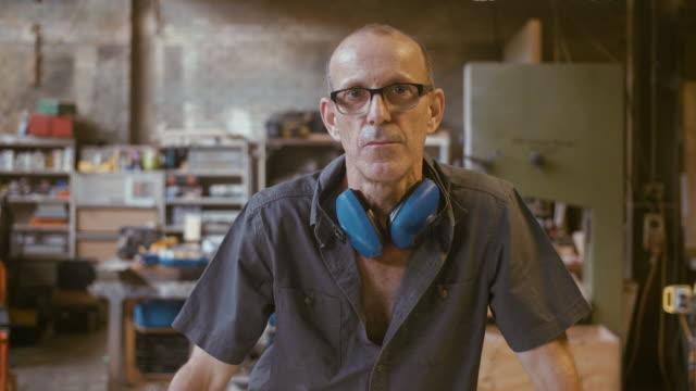 vídeos de stock e filmes b-roll de portrait of a carpenter (slow motion) - characters