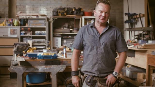 vídeos de stock e filmes b-roll de portrait of a carpenter (slow motion) - manual
