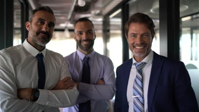 vídeos de stock e filmes b-roll de portrait of a confident business team - três pessoas