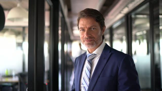 vídeos de stock, filmes e b-roll de retrato de um homem de negócios confiável - gerente