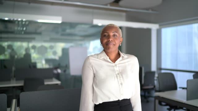 portrait of a confident businesswoman  in the office - krótkie włosy filmów i materiałów b-roll