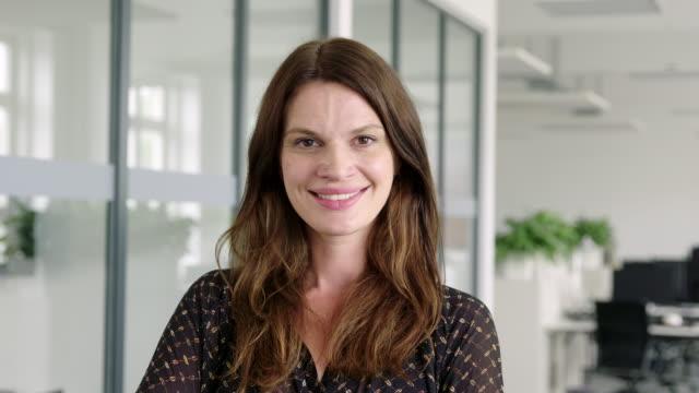 porträtt av en säker mogen affärskvinna - mellan 30 och 40 bildbanksvideor och videomaterial från bakom kulisserna