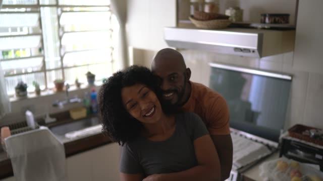 vídeos de stock e filmes b-roll de portrait of a couple at kitchen - afro