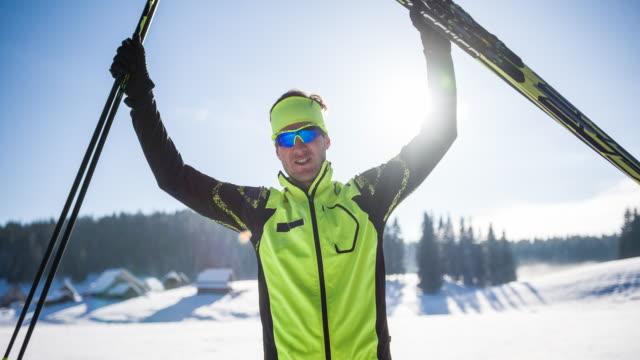 vídeos de stock e filmes b-roll de portrait of a cross country skiing winner - campeão desportivo