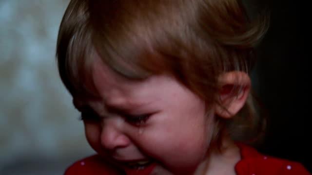 portrait of a crying baby - soltanto neonati video stock e b–roll